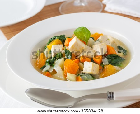 Tofu and spinach stew with carrot and onion.