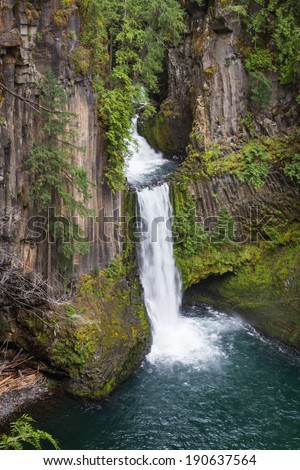 Toketee falls in the north Umpqua river in the Umpqua national forest in Oregon early springtime