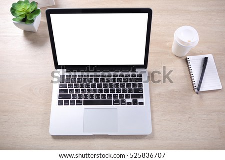 Top view mock up screen laptop mockup with note book and coffee cup on wooden desk