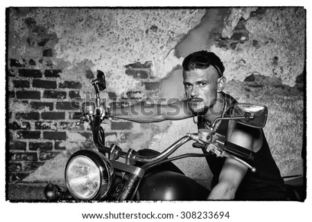 B/&W Old Biker Beard Men/'s Tee Image by Shutterstock
