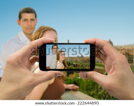 Tourists take a picture with your mobile phone to a couple in Firenza