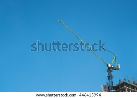 Tower crane and reinforced building under construction