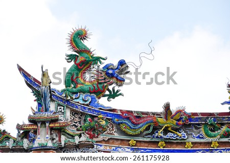 traditional chinese dragon decoration on roof