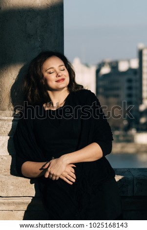 Traveller woman enjoys sunny spring day in the city