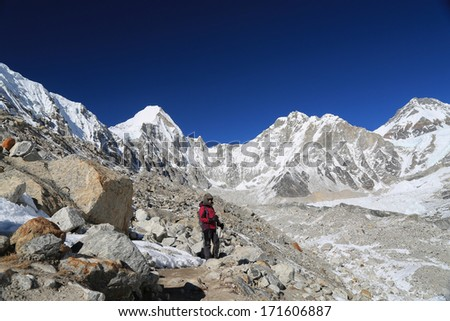 trekker walk to everest basecamp from everest trek nepal