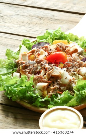 Tuna salad with lettuce