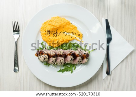 Tuna steak with sesame seeds and mashed sweet potatoes