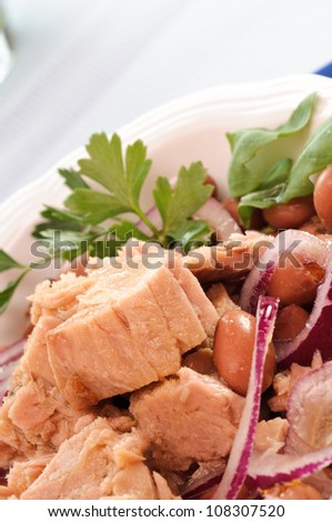 Tuna with beans and onion