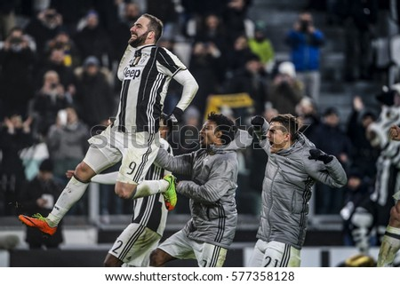 Turin, Italy. 05 Jenuary 2017. Campionato Italiano di SerieA, Juventus vs Inter 1-0. Juventus players celebrate the victory with the supporters.