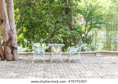 Two seats / When the weather is hot to avoid sitting under shade trees help ease the