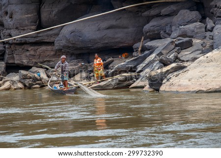 Ubon Ratchathani, Thailand, Mar 3, 2015 :Fishermen along the banks of the Mekong river, Thailand and Laos.