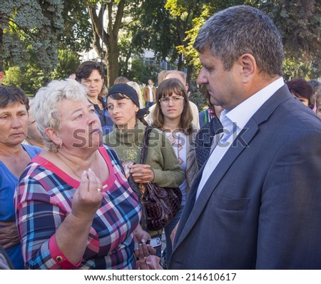 UKRAINE, KYIV - Sep 1, 2014: Soldier's mother speaks with Colonel police guarding the rally. -- Mother fighters 51th Volyn teams that require their children to return from captivity.