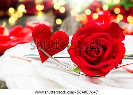 Ngày Valentine, hoa hồng và menu tim trước ánh nến