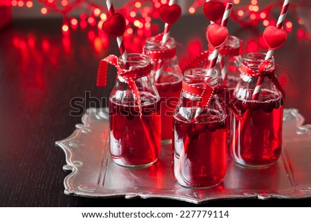 Ngày bên ý tưởng Valentine: chai nhỏ cá nhân với nam việt quất cocktail