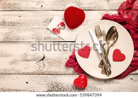 lập bảng Ngày Valentine.  Bảng thiết lập với tấm, dao, muỗng và nĩa trên nền gỗ màu trắng.  Top điểm và không gian sao chép.  Tình yêu khái niệm.
