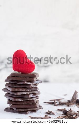 Valentines kẹo sô cô la ngày và tim nhung đỏ trên nền trắng Sao chép không gian