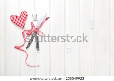 Ngày Valentine hình trái tim món quà đồ chơi và đồ bạc.  Xem từ trên trên bàn gỗ màu trắng với không gian sao chép