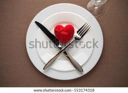 bảng Ngày Valentine thiết với trái tim màu đỏ, đĩa trắng, nĩa, dao và cốc uống rượu.  Top xem.
