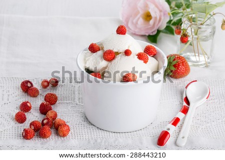 Vanilla ice cream with fresh wild strawberries