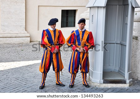 VATICAN-AUGUST 10: Papal Swiss Guard in uniform on August 10, 2009 in Vatican. Swiss Guards are the Swiss soldiers who have served as bodyguards, ceremonial guards, and palace guards.