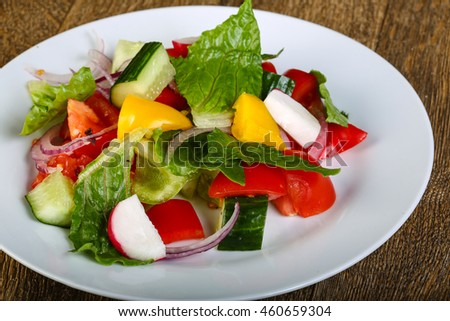 Vegetable salad with leaves and onion rings