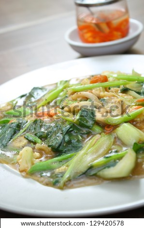 vegetarian thai food : Guaitiao Rad Na--vegetarian stirred noodle in creamy gravy sauce with tofu,mushroom and vegetable
