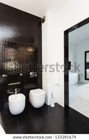 Vibrant cottage - Interior of black and white bathroom