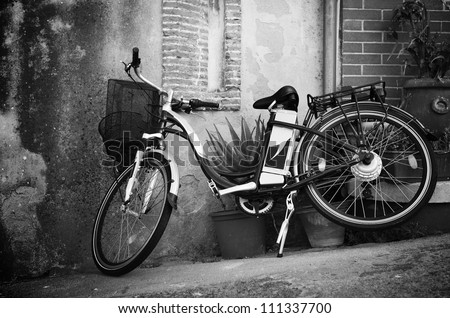Vintage style bicycle leaning on a wall in italian street (Ebla Island)
