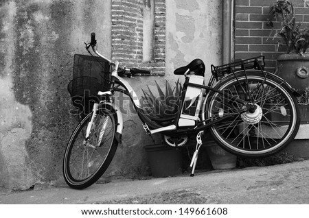 Vintage style bicycle leaning on a wall in italian street (Ebla Island) - stock photo