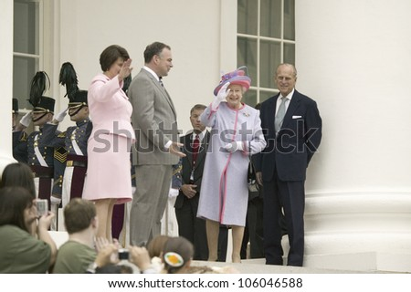 Virginia First Lady Anne Holton, Governor Timothy M. Kaine, Her Majesty Queen Elizabeth II and Prince Philip, waving at the steps of the Virginia State Capitol, Richmond Virginia, May 3, 2007 - stock photo