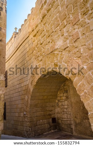 Wall of Mdina in Malta, distinguish between the old wall from the new part.