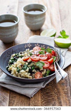 Warm bulgur salad with kale and tomatoes