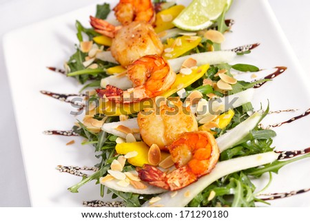 Warm salad with scallops and shrimps