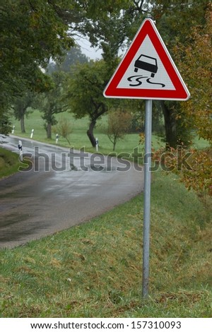 Warning due to wet, slippy road in autumn
