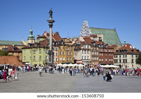 WARSAW - September 08: Townhouses, Sigismund's Column, Castle Square filled with tourists and salesmen in the Old Town in Warsaw, Poland on September 08, 2013 Warsaw, Poland.