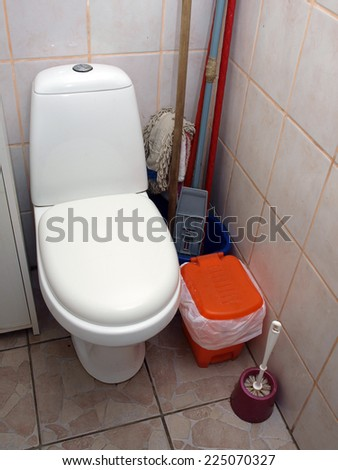Water closet toilet bowl with closed lid