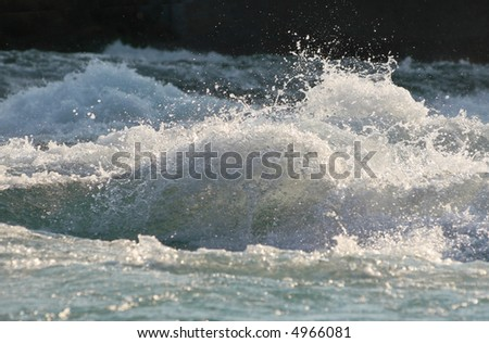 Wave splashing in a fast flowing river