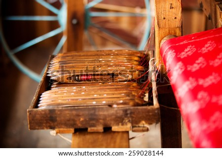 Weaving silk fabric by traditional hand method