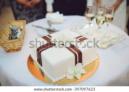 wedding cake with orchids and champagne glasses