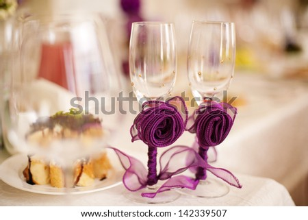 wedding wineglasses with lila ribbon