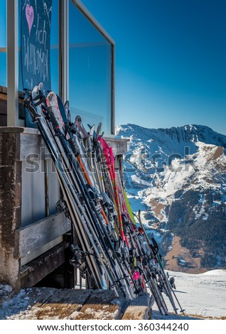 Welcome sign and skis at the entrance of a mountain refuge - stock photo