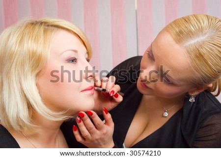 Which girl of a lip paints  professional visagiste red  lipstick.