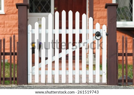 Low fence stock images royalty free images vectors for Recinzioni per ville moderne