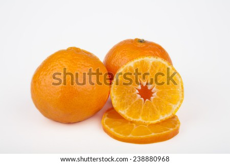 Whole and sliced clementine fruits.