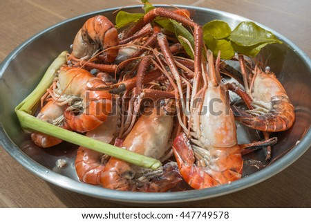 Whole fresh cooked prawns in shell unpeeled.