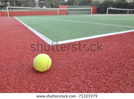 Wide angle view of a tennis court. Shallow DOF.