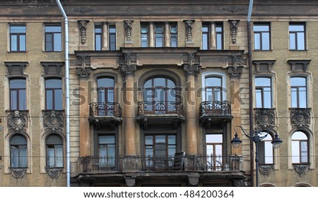 windows in old building photo in Saint-Petersburg