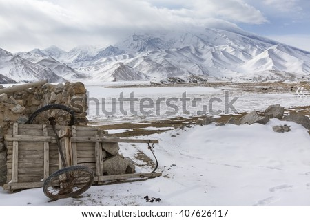 Winter view of Mustagh Ata Mountain at Karakul Lake on the Karakoram Highway in Pamir Mountains, Akto County,Kizilsu Kirghiz Autonomous Prefecture, Xinjiang, China