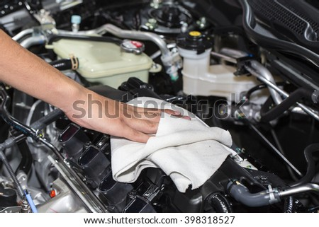 Wipe the car engine