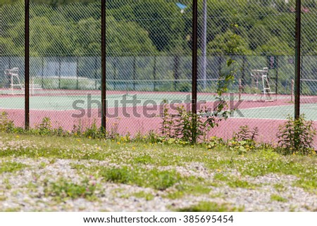 Wire mesh and a tennis court